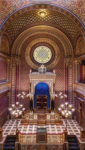 interieur d'une synagogue avec l'arche au fond