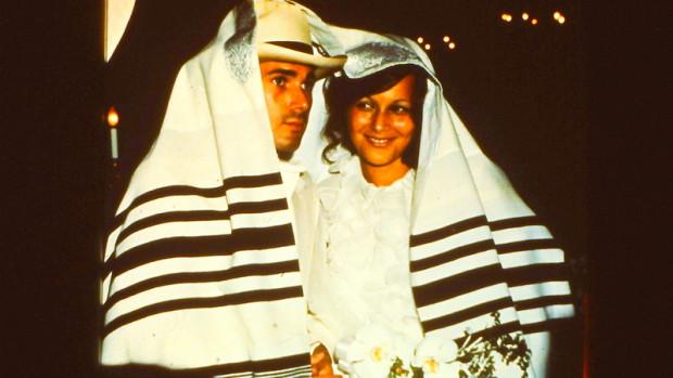 jeune couple sous le châle de prière