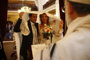 Mariage a la synagogue. Les maries sous le dais..