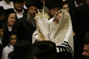 Fête de Souccot chez les Premishlan, un courant hassidique.Simchat Tora, le huitième jour de Souccot. Le rabbin danse avec la tora.