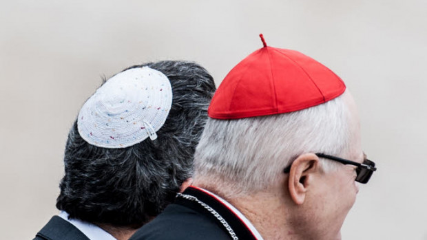 21 octobre 2015 : Un cardinal et un rabbin lors de l'audience générale hebdomadaire. Vatican, Rome, Italie.  October 21, 2015: A cardinal and a rabbi attend the weekly general audiencev at the Vatican.