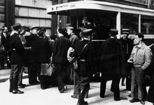 Zentralbild: August 1941 Weltkrieg 1941 Frankreich, besetztes Gebiet. Festnahme von Juden. Die Festgenommenen werden in Paris mit Autobussen abtransportiert. 8281-41 ADN-ZB/Archiv: Frankreich unter der Okkupation dse deutschen Faschismus und des Vichy-Regimes 1940/44. In Paris festgenommene Juden wurden mit Autobussen abtransportiert.