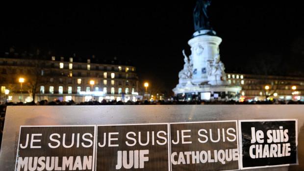 «Je suis musulman, je suis juif, je suis catholique, je suis Charlie», disent des pancartes installée de la République à Paris, le 8 janvier 2015, au lendemain de l'attaque contre Charlie Hebdo.  BERTRAND GUAY/AFP