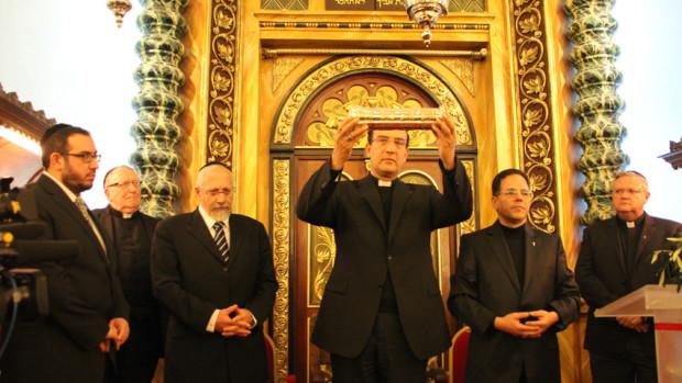 Remise du rouleau d'Esther à la Grande Synagogue de Nice par Mgr Louis Sankalé, le 8 janvier 2012.